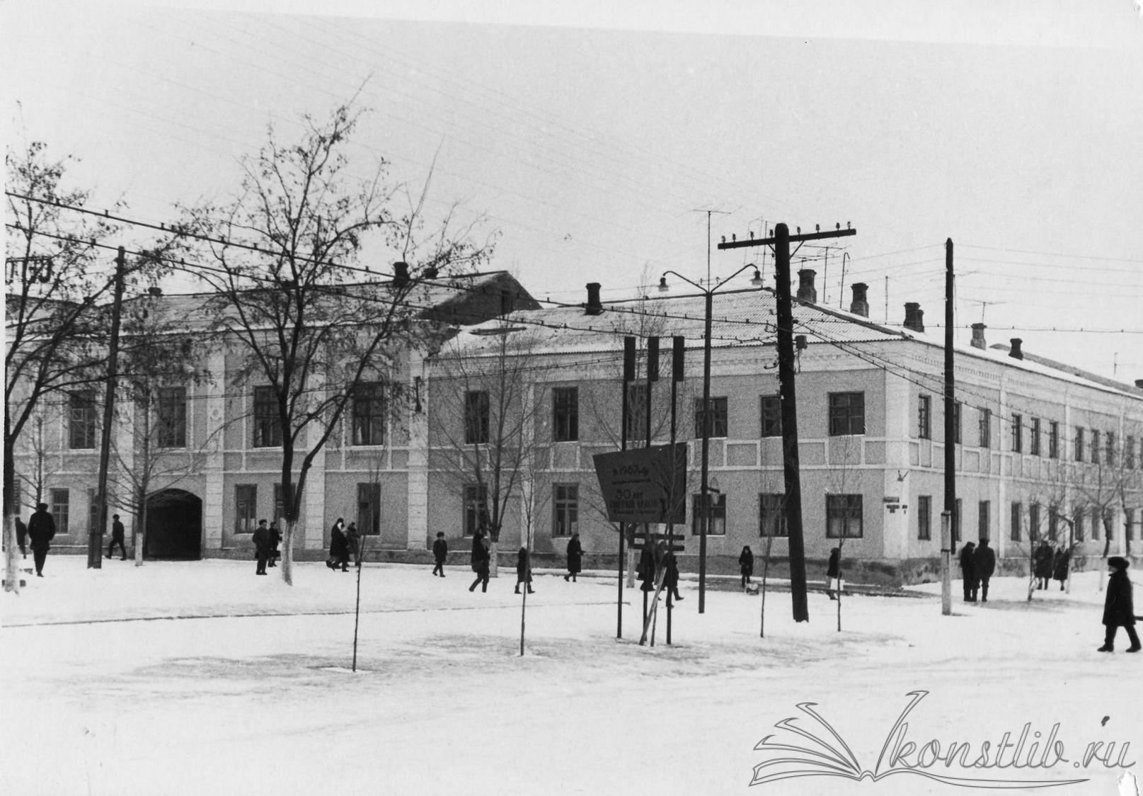 """Таким здание было в 1967 году. Вид с ул. Ленина, слева - спортивный комплекс """"МИР"""""""