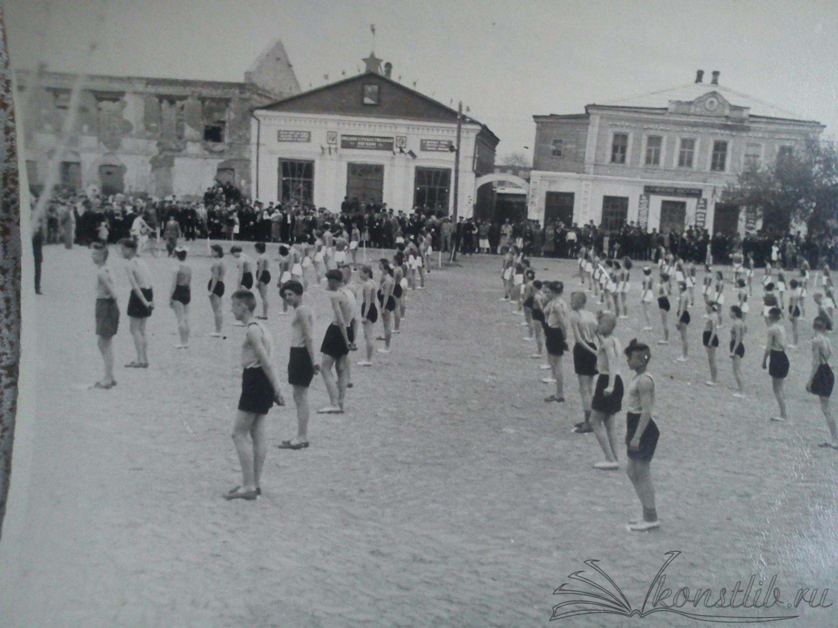 Приблизительно 1958 г. Вид на здание, разрушенное в ходе ВОВ. Вид с бывшей площади (сейчас сквер на ул. Ленина)