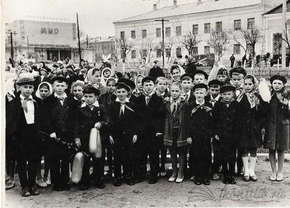 """Прием в пионеры, 1966 г. На заднем фоне кинотеатр """"Мир"""" и здание бывшего Народного дома"""