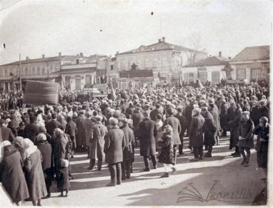 Фотография приблизительно 30-40 годов. Вид на Народный дом (слева). Вид с бывшей площади (сейчас сквер на ул. Ленина)